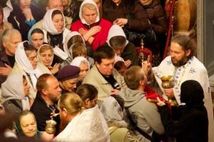 Komunia podczas prawosławnej Eucharystii w Bazylice Grobu Pańskiego (Jerozolima).