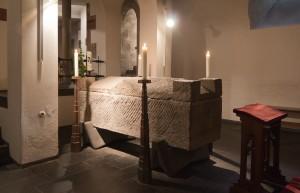 Grób Alberta Wielkiego w krypcie kościoła św. Andrzeja w Kolonii. Sam sarkofag jest z III w. (fot. Raimond Spekking)